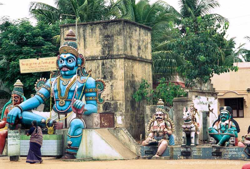 dioses pintados de vivos colores en tamil nadu
