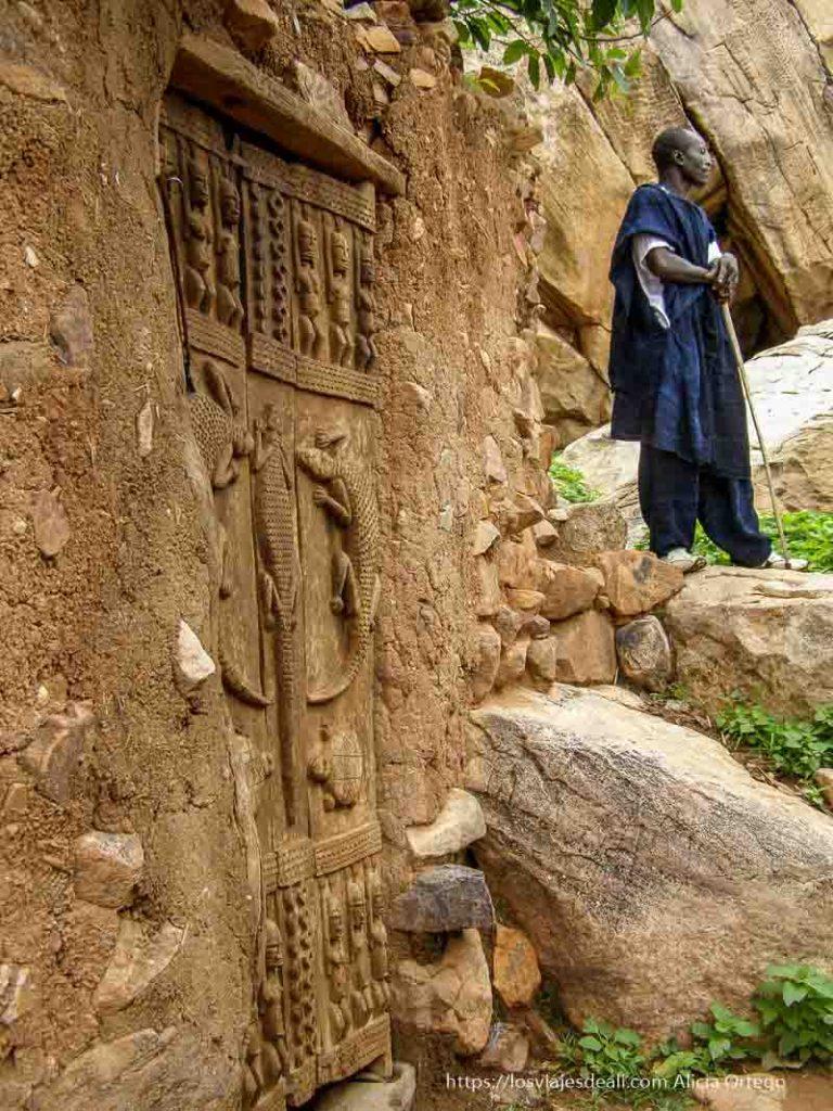 puerta dogon decorada con cocodrilos y los ancestros pais dogon