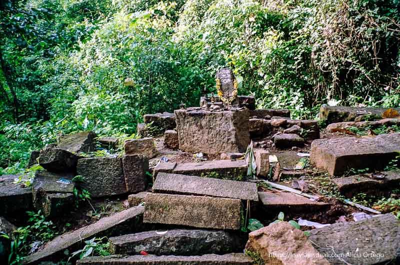 antiguo templo hindú en el parque de periyar en el sur de India