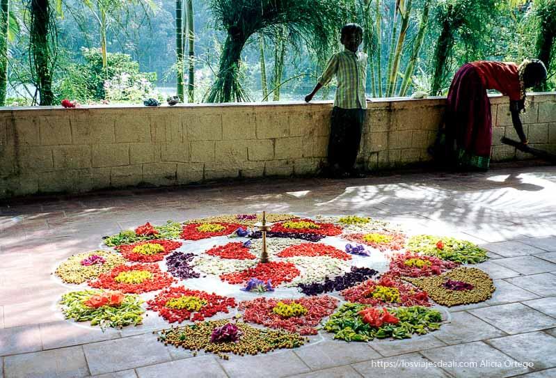 decoración en el suelo a base de flores en periyar de tamil nadu a kerala
