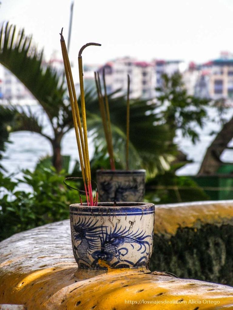 maceta de cerámica azul y blanca con varillas de incienso qué ver en hanoi