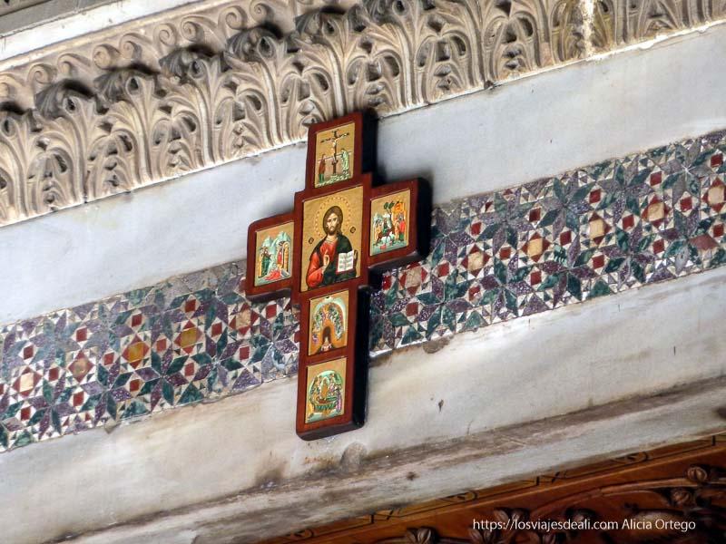 cruz con cristo sobre azulejos árabes en el palacio de normandi qué ver en palermo