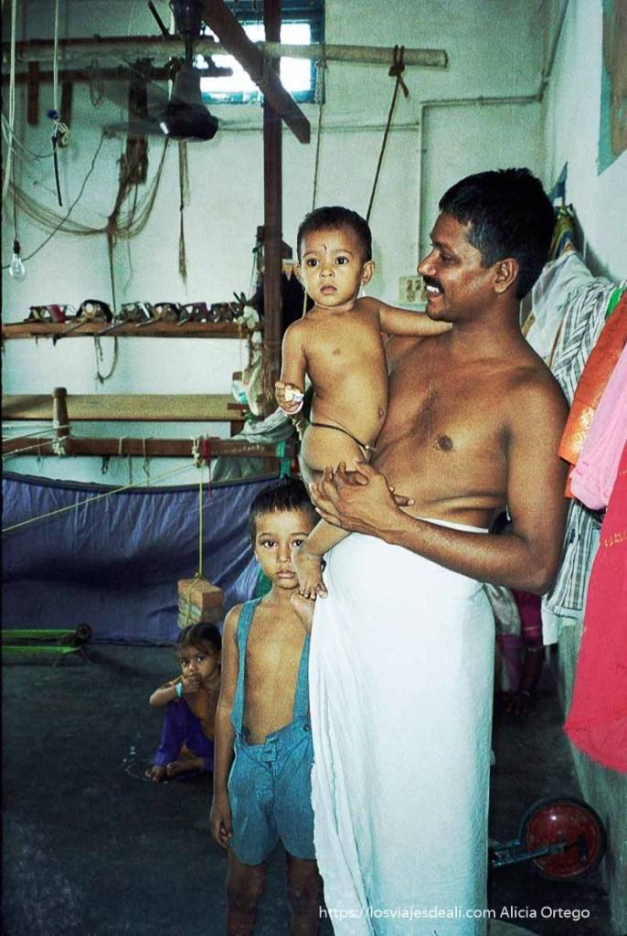 hombre con sus hijos en taller de seda tamil nadu