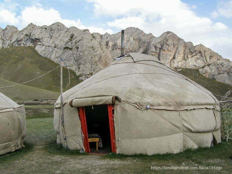 yurta con montañas detrás tash rabat