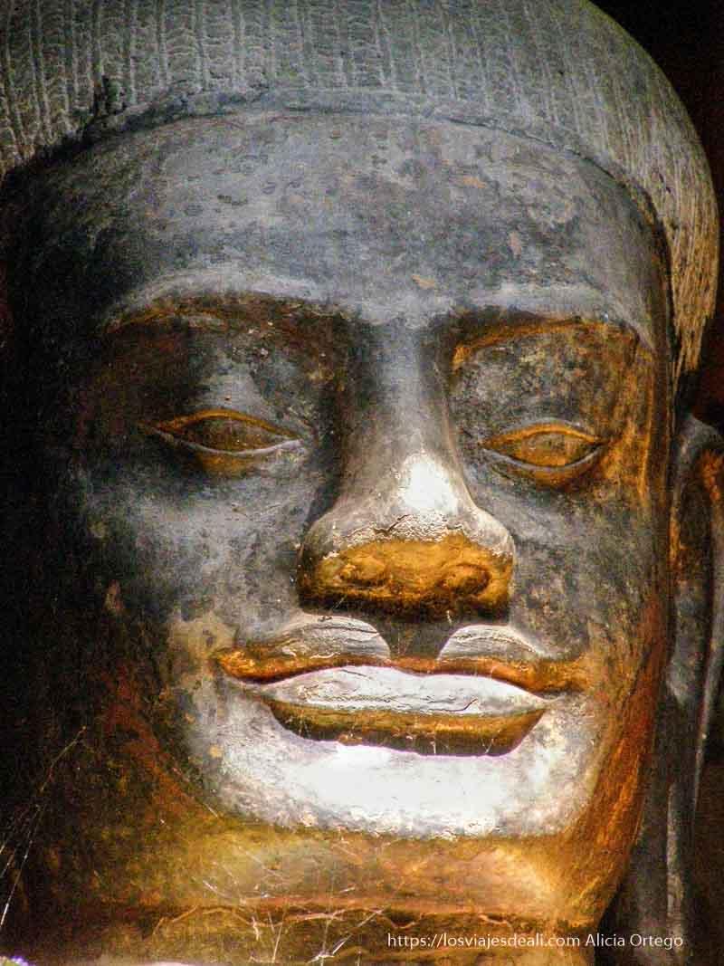 buda sonriente iluminado por el sol templos de angkor
