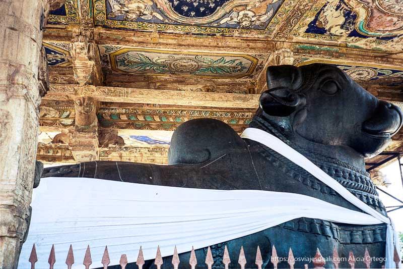 dios toro de piedra negra muy grande con banda de tela blanca rodeándole de tamil nadu a kerala