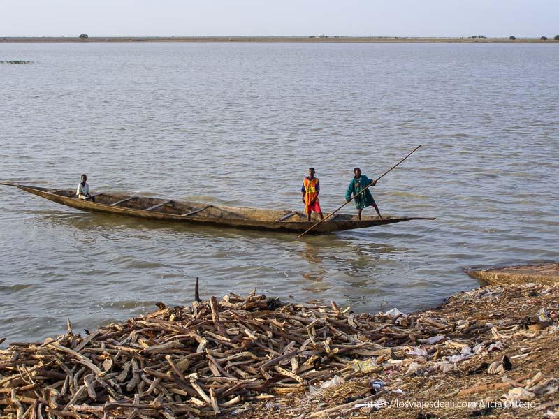 tres niños en una barca en el níger un sueño hecho realidad