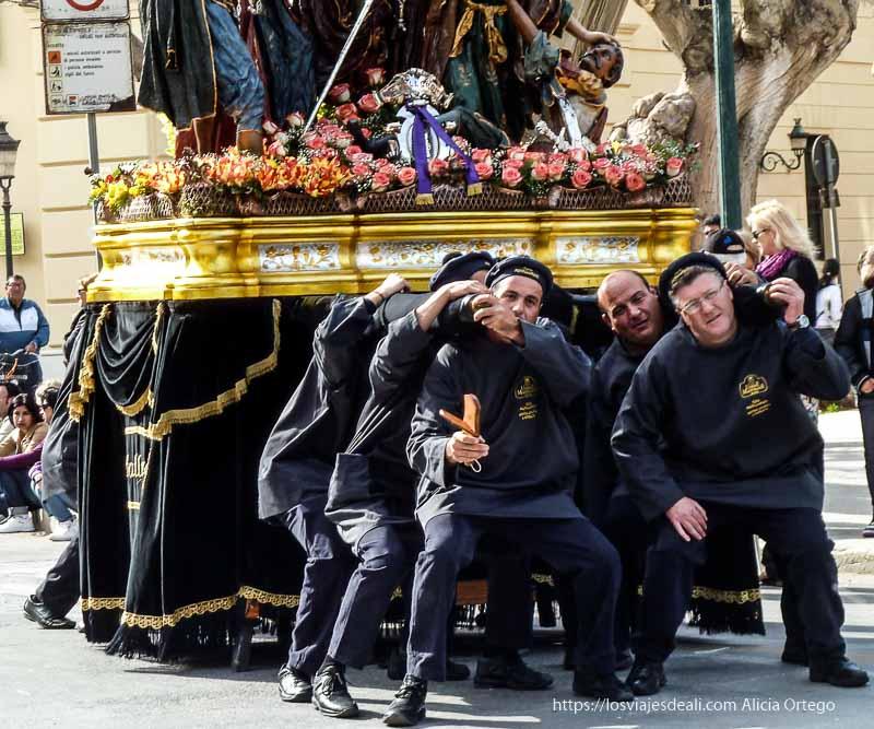hombres levantando un paso Trápani en semana santa