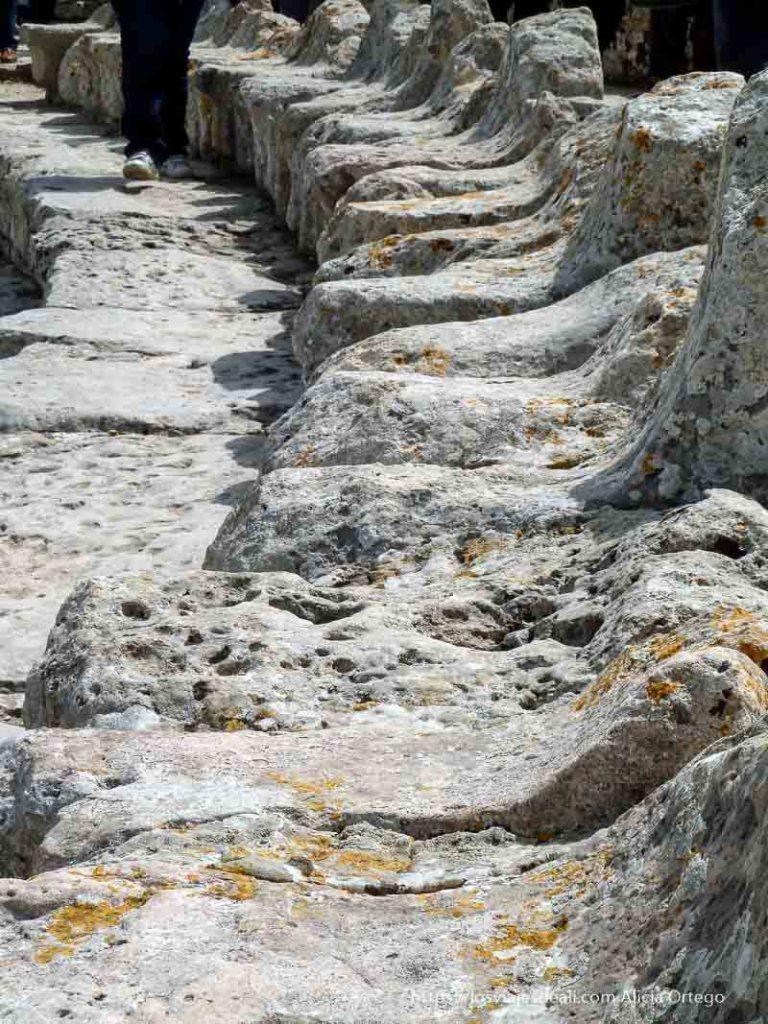 asientos de piedra del teatro del yacimiento de segesta