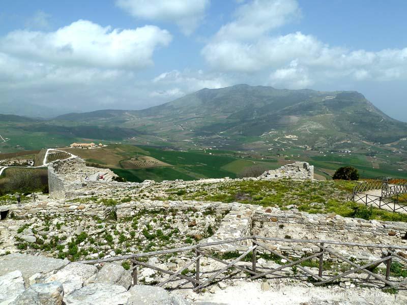 vistas del paisaje de campos y montañas con ruinas del teatro de segesta