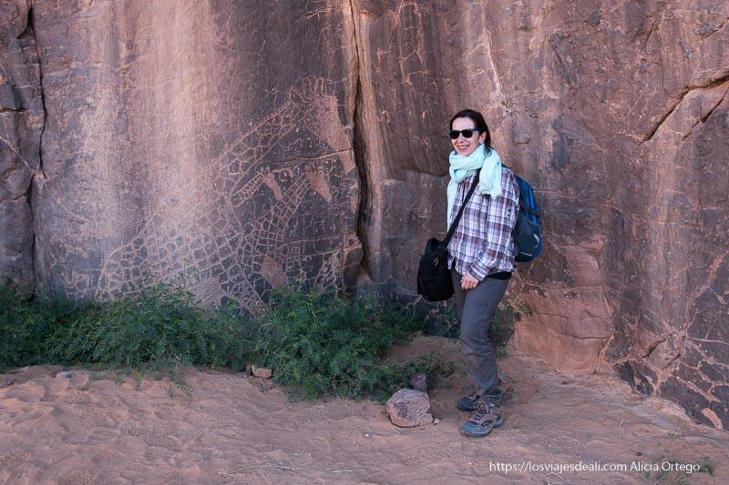 posando junto a grabado de jirafas en Argelia un gran año de viajes