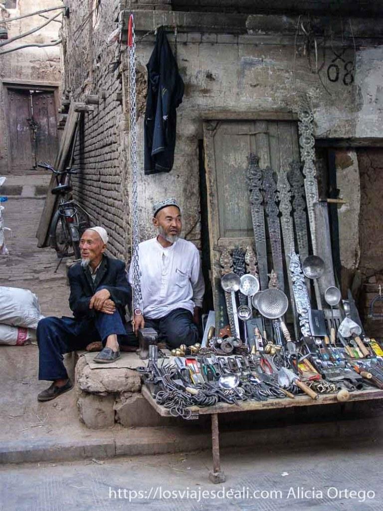 tienda de cazos y una especie de espadas en kashgar en la ruta de la seda