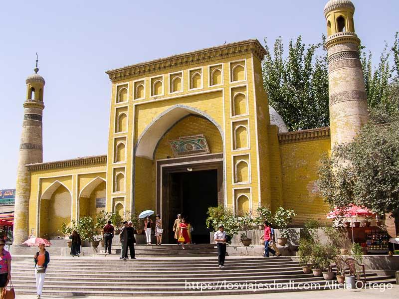 mezquita pintada de amarillo kashgar en la ruta de la seda
