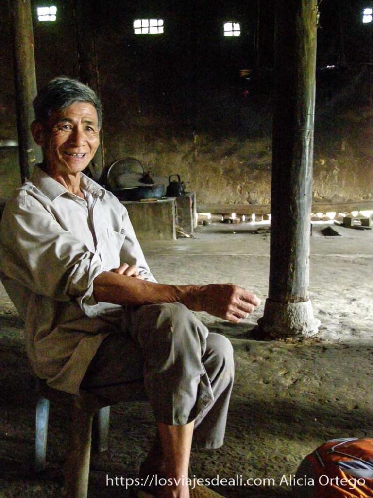 anciano sentado en el norte de vietnam