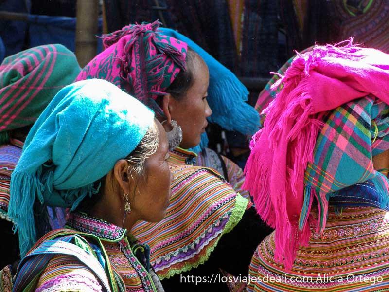 mujeres con pañuelos en la cabeza de color rosa y azul en el norte de vietnam