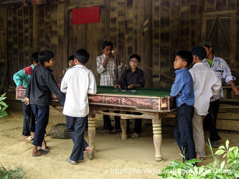 niños jugando al billar en el norte de vietnam