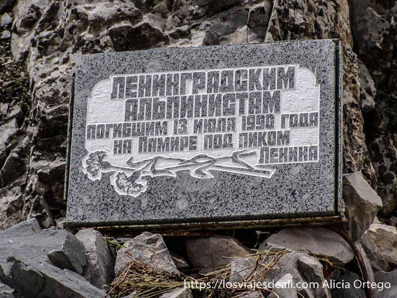 placa de granito escrita en ruso conmemorando la muerte de 13 montañeros campo base del pico lenin