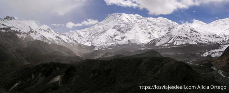 panorámica de montañas nevadas con glaciares en retroceso campo base del pico lenin