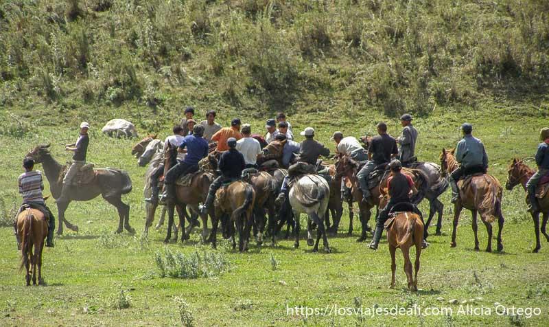 jinetes jugando en una pradera campo base del pico lenin