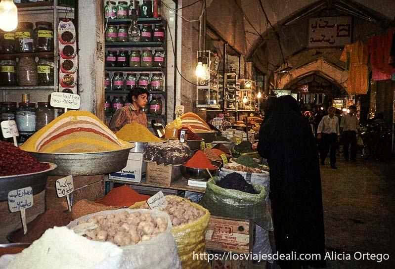 puesto de especias en el bazar de isfahan