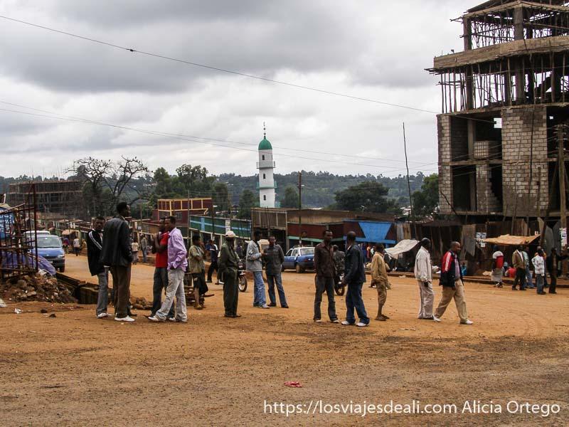 cruce en un pueblo de camino al lago chamo con mezquita al fondo y hombres charlando