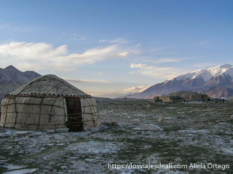 yurtas en el lago karakul