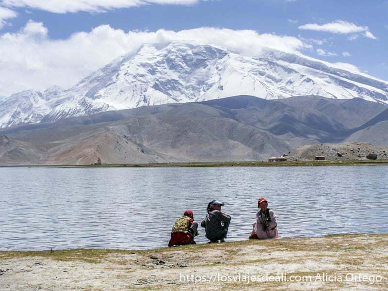 niñas en la orilla del lago karakul