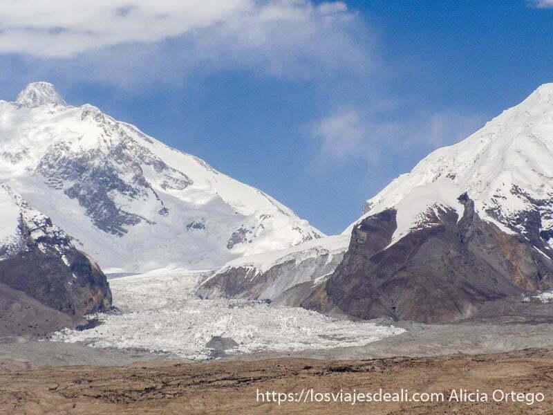 glaciar entre dos picos junto al lago karakul