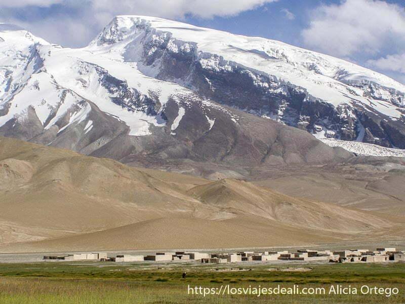 pico mustag ata y debajo un pueblo de adobe