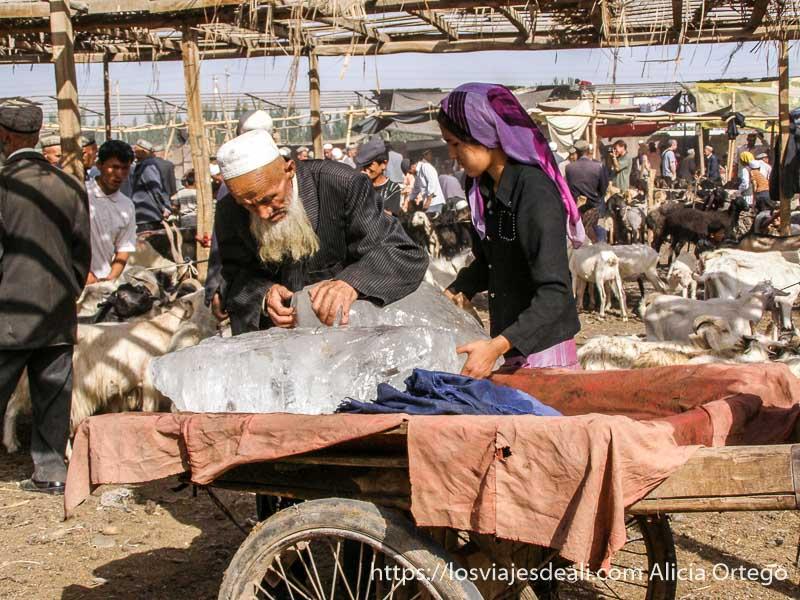 venta de hielo en un carro mercado de Kashgar