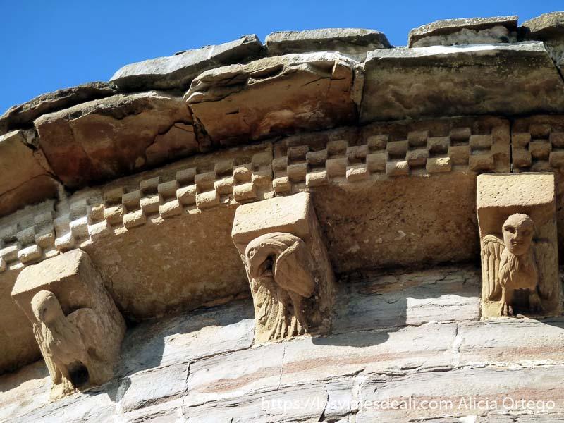 figuras románicas en iglesia de navascués de navarra