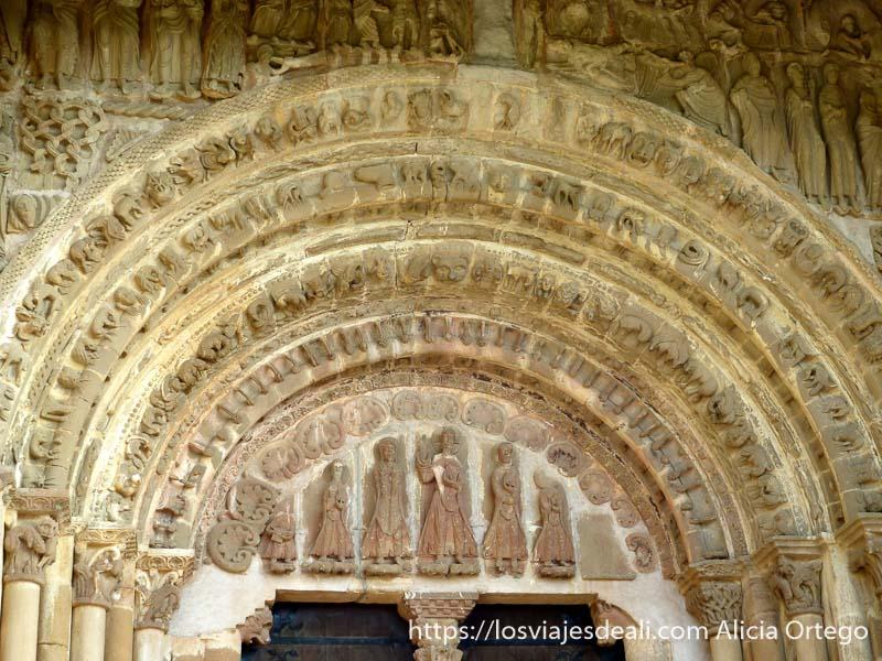 portalón de monasterio de leyre en navarra con decoración románica
