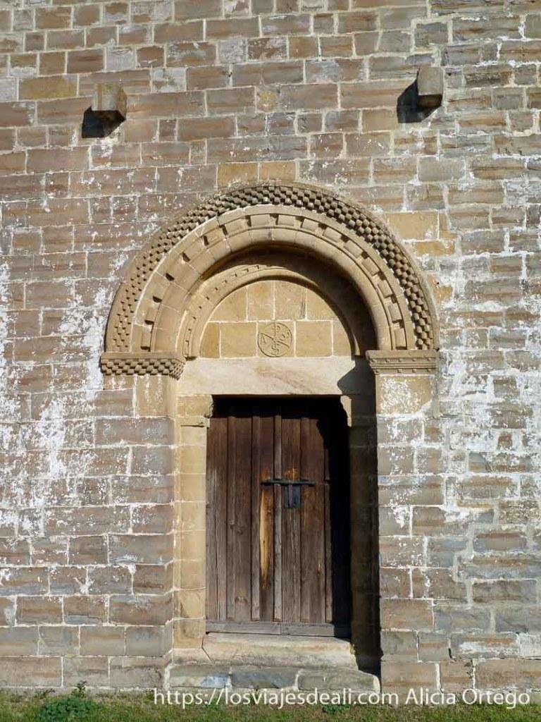 puerta de iglesia de navascues en navarra