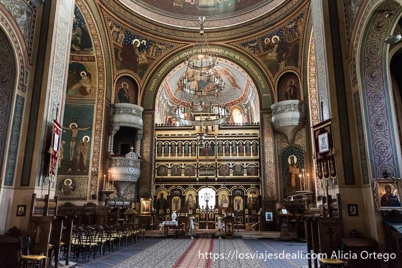 interior de la catedral ortodoxa de sighisoara llena de pinturas