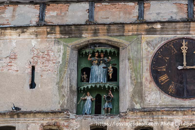 reloj con muñecos de madera en la torre de sighisoara