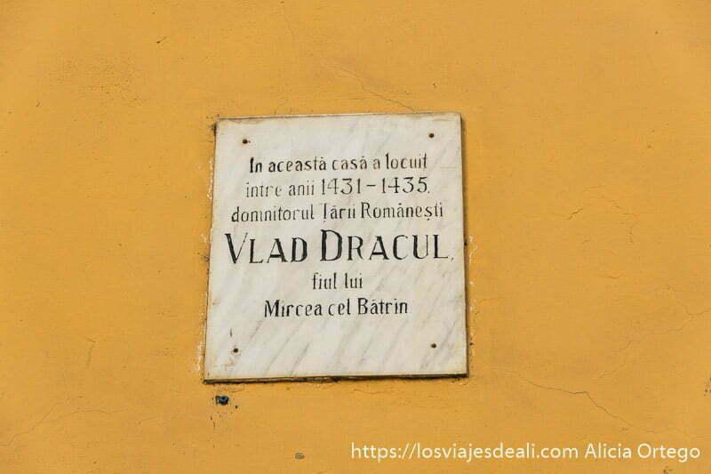 cartel que indica casa donde vivió vlad dracul en sighisoara