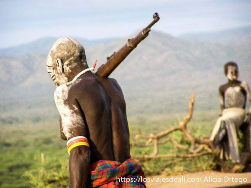 hombre de la tribu karo con fusil al hombro