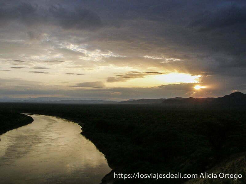 amanecer en el río omo desde la tribu karo