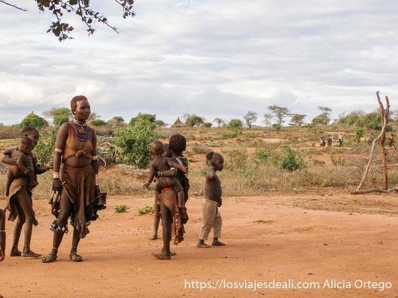 mujer rodeada de niños en poblado cerca de turmi