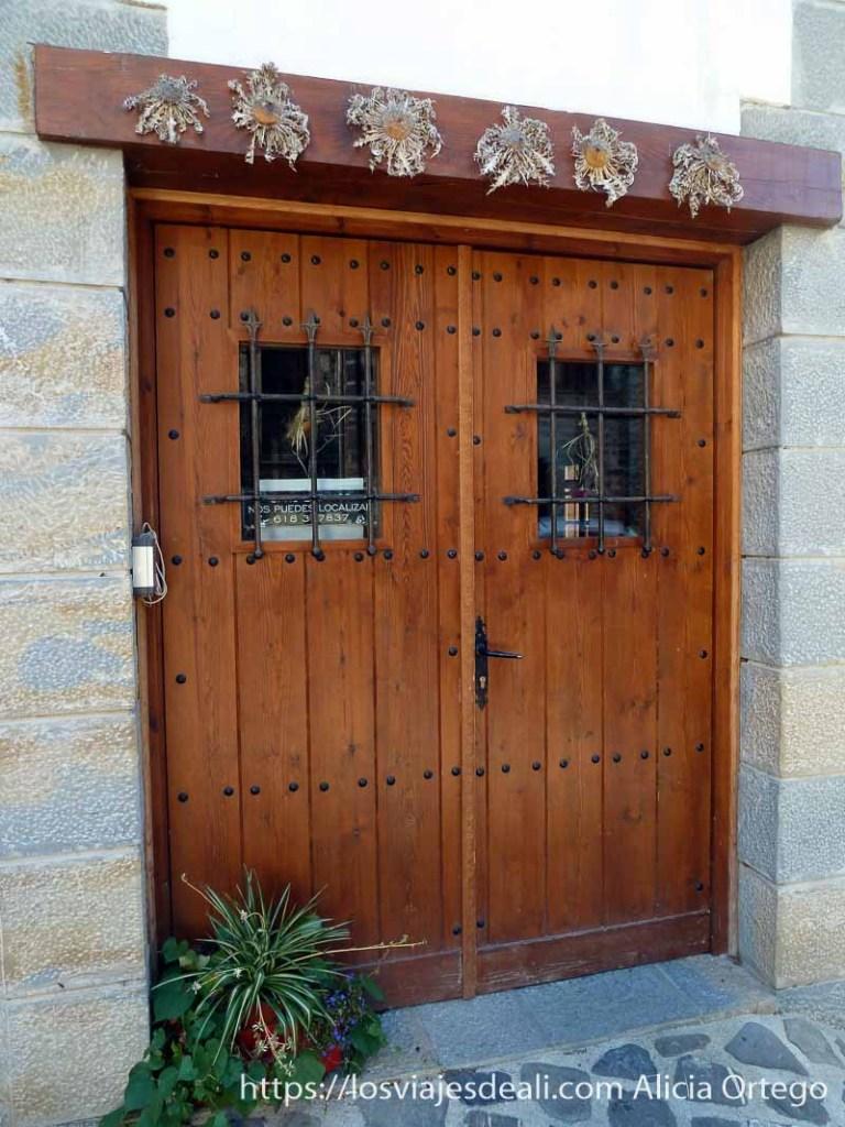 puerta con flores de sol en el dintel superior valle del roncal