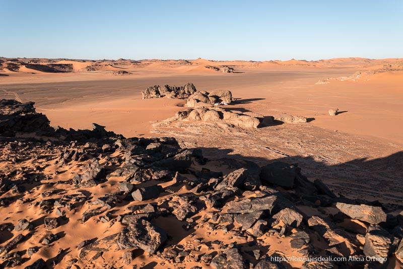 paisaje con dunas y rocas donde acampamos viaje a Argelia