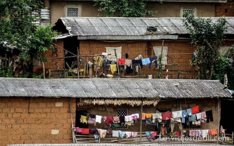 casas de Bamenda con ropa tendida