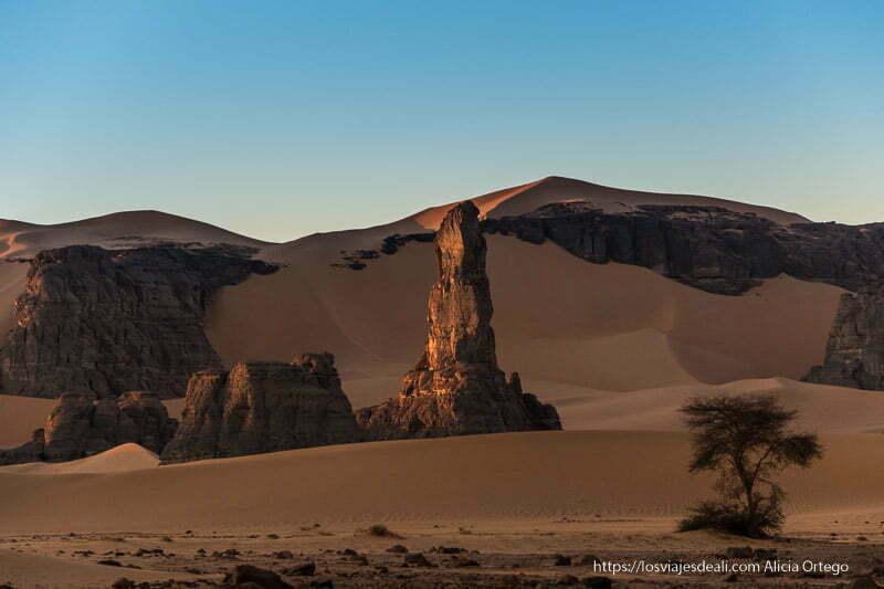 roca con forma de dedo entre dunas paisajes del sahara