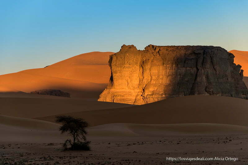 meseta de roca iluminada por luz de amanecer paisajes del sahara