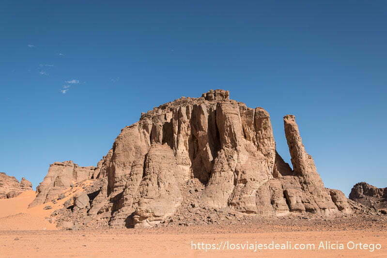grupo de rocas verticales paisajes del sahara
