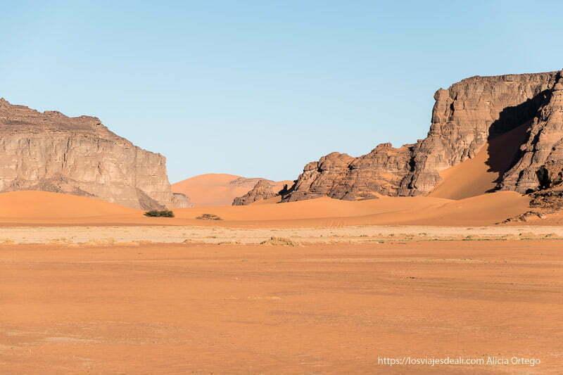 paisaje de rocas y arena de in djaren paisajes del sahara