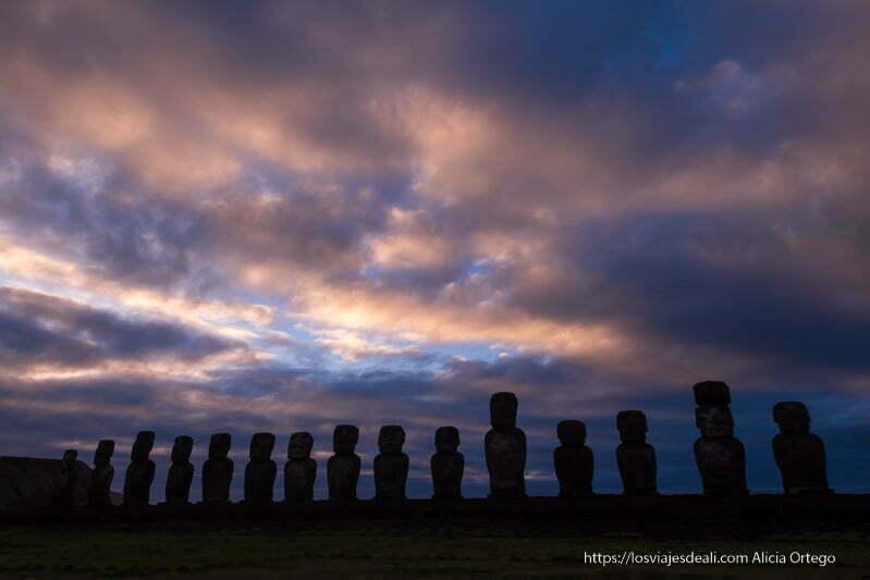 amanecer con los moais de tongariki tours en isla de pascua contrastando con cielo de nubes rojizas. Lugares que te pueden dejar con la boca abierta.