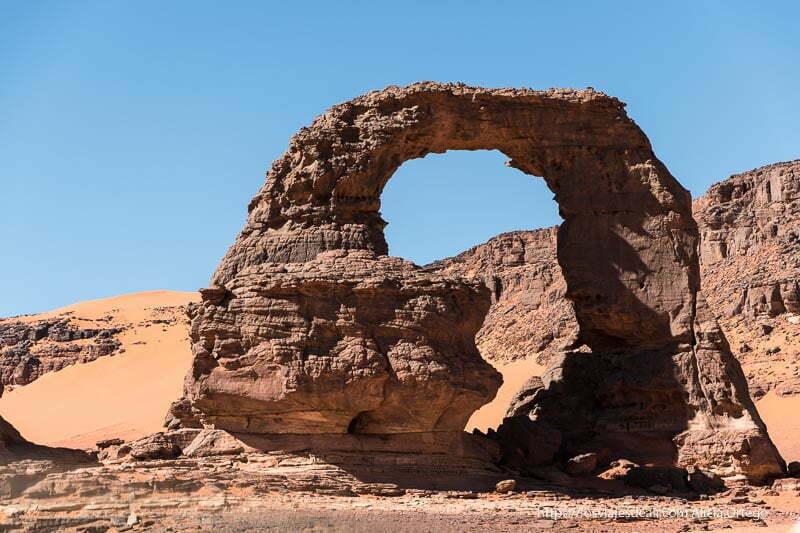 arco de roca donde se ve el mapa de africa paisajes del sahara
