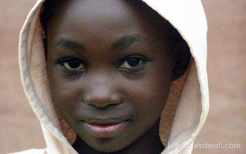 retrato niña con capucha puesta en sabga montes bamileké