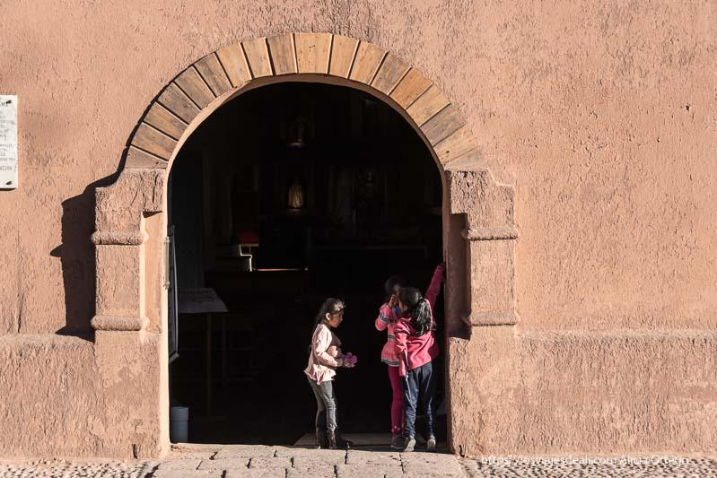 niñas jugando en la puerta de la iglesia de San Pedro atacama